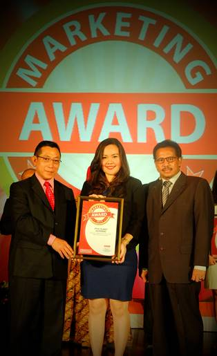 (Center) Anggita Vela Lydia, Senior Manager Business Development & Public Relations elevenia menerima Best Innovation dalam Marketing Award, Jumat 11 September 2015 di Hotel Mulia Jakarta