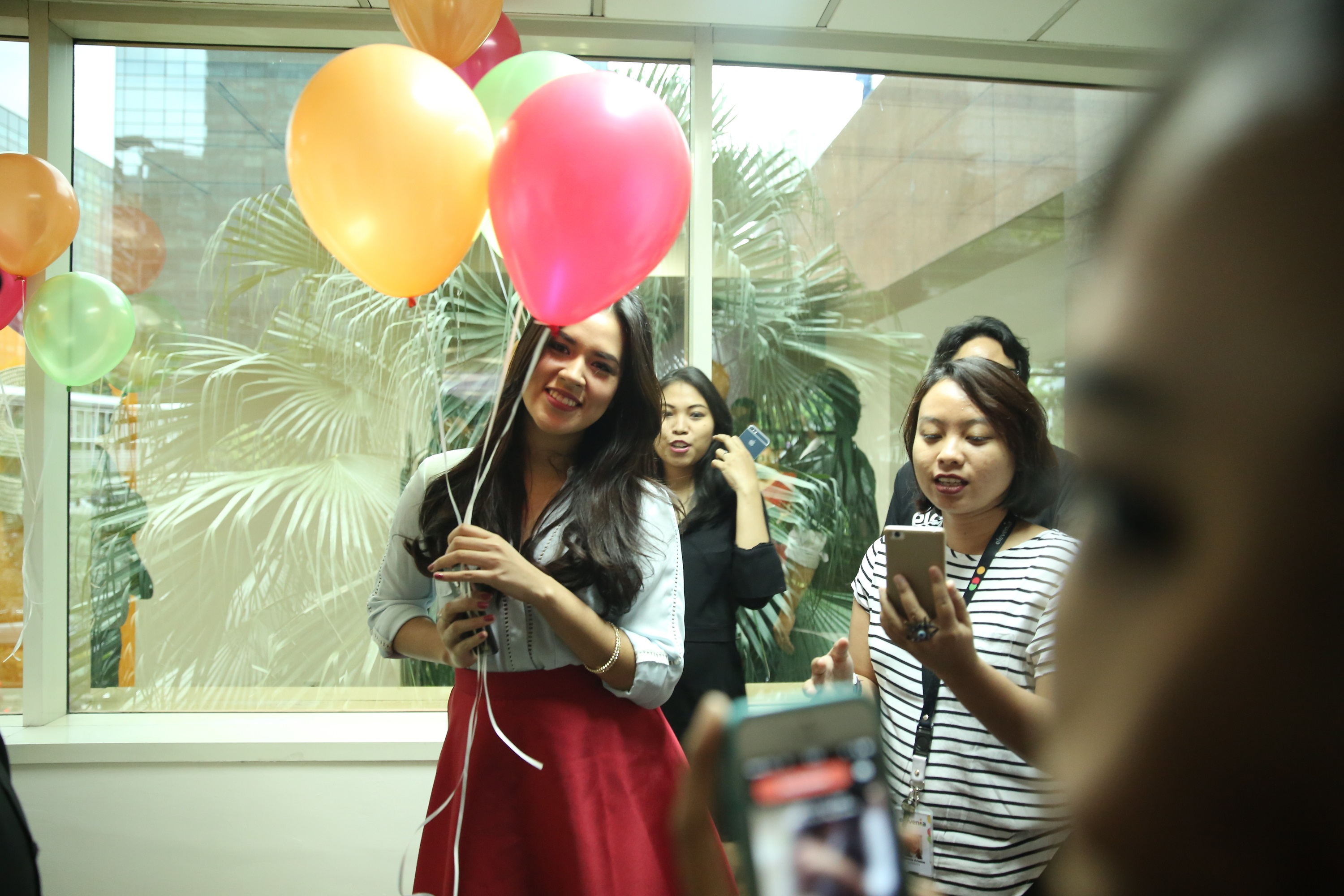 Raisa receiving her elevenian baloons as a welcome.